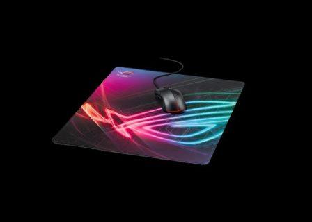 """ASUS、上下への激しいマウス操作にも適応できる""""縦に長い""""大判ゲーミングマウスパッド「ROG Strix Edge」発表。2月8日(金)より国内取り扱い開始"""