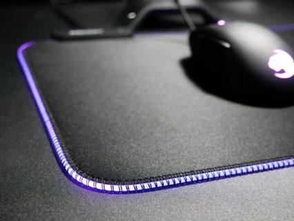 「ROCCAT Sense AIMO」レビュー。LEDライティングを備えた、摩擦感が少なく滑りやすいゲーミングマウスパッド