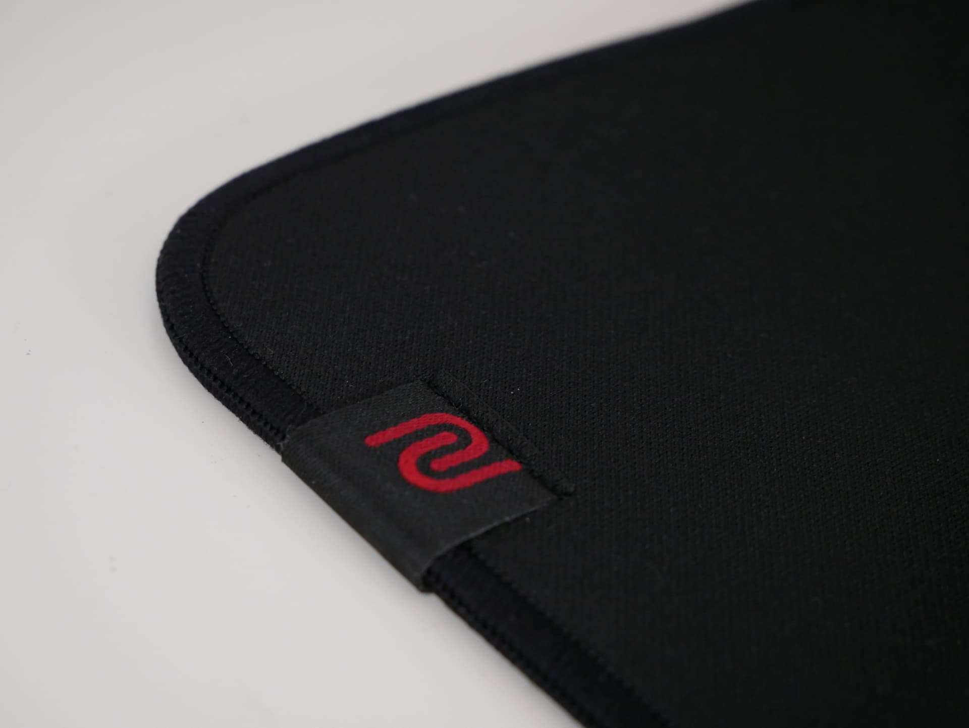 「BenQ ZOWIE G-SR」レビュー。とにかくストッピング性能に優れた布製ゲーミングマウスパッド