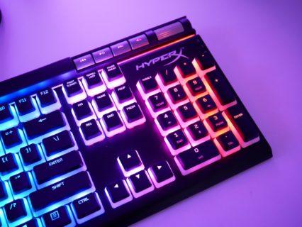 "「HyperX Alloy Elite 2」レビュー。""半透明キーキャップ""がついてくる、フルサイズの赤軸ゲーミングキーボード"